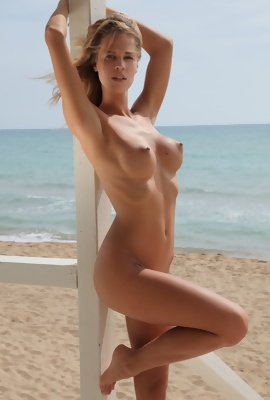 Summer Melody modeling in the nude