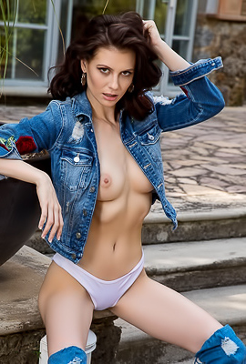 Sexy Babe Jessi Fierce In Jeans